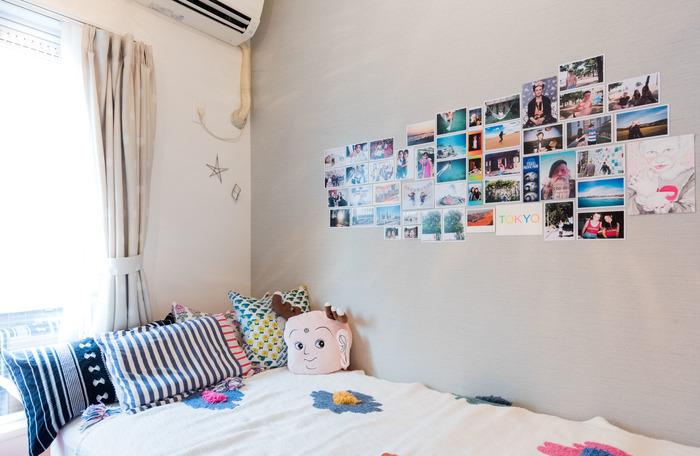 こちらのお部屋では、集めたポストカードを壁に貼っています。マスキングテープなどを使えば、壁に穴をあけたりせずに飾ることができますよ。せっかくの素敵なポストカードを集めているのに、飾らないのは勿体ない。イラストと写真など、一見ばらばらのように感じられるアイテムも、ある程度の数をまとめてしまえば、あっという間に統一感のある飾り方になります。空間を空ける飾り方はバランスが難しいので、まずはぎゅっとまとめた飾り方を試してみて。