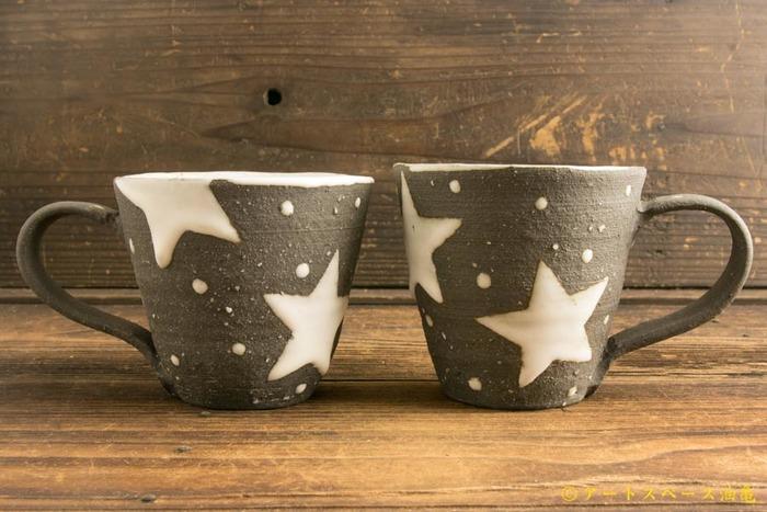 ぽこっと浮き出たスターと水玉がとってもキュートなマグカップ。温もりを感じる色合いや質感が飲みものをさらに美味しく感じさせてくれそう。ホットミルクやココアを入れて飲みたいカップです。