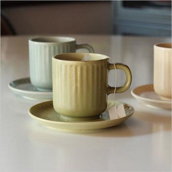落ち着いたアースカラーは、ナチュラルなインテリアのお部屋にもぴったり。優しい色が食卓を優しく彩ってくれます。コーヒーや紅茶だけでなく、ホットミルクも似合いそうなカップです。