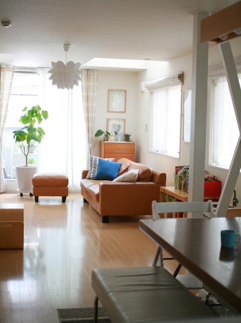 お子さんのスタディスペースや大人の書斎など、仕切る必要がある場合は、圧迫感の少ないカーテン・パーテーション・間仕切り家具を取り入れると◎
