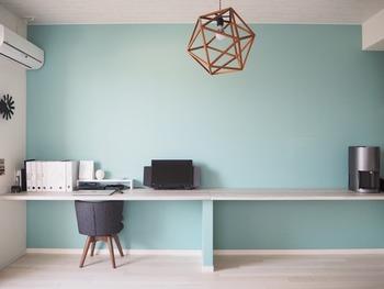 「壁面に家具をまとめる」のが、空間を広く見せるテクニックのひとつ。限られた空間でも、開放的に感じられます。
