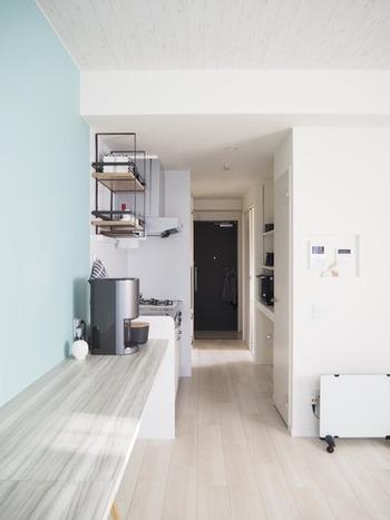 小さな住まいで心地良く暮らせるよう、効率のよい家事動線を考えましょう。  たとえば、こちらのお宅のように玄関からキッチン、リビングダイニングまでがひと続きになっていれば、買い物から食材の片付け・調理・配膳までがスムーズですね。