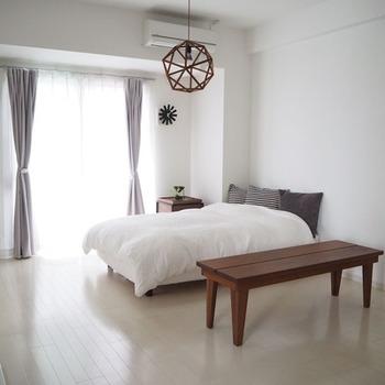 オープンな空間に寝室をつくる場合も、低めの家具やカーテンなどで緩やかに仕切るのがおすすめ。程よいプライベート感で安心できそうですね。
