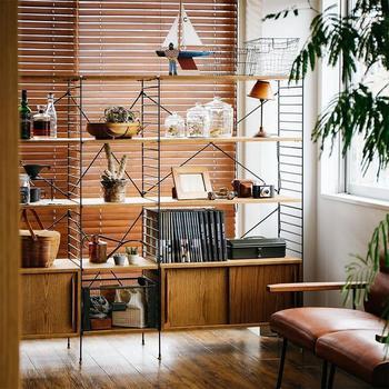 家具を壁側に寄せて中央に空間をつくる配置がベスト。家具を窓の前に置く場合は、光を通す背面のないタイプがおすすめです。