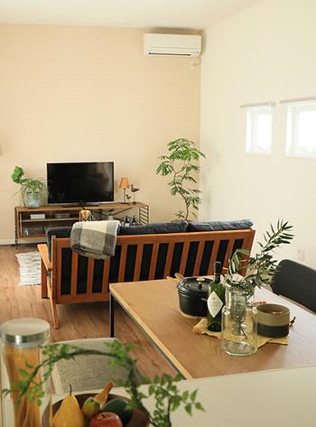 空間を分けたい場合は、低めの家具を間仕切りに。こちらのお宅では、ソファを使ってくつろぎの場と食事の場を分けています。