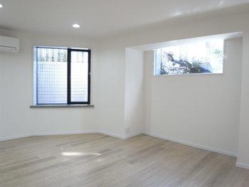 小さな住まいでは空間を横に広げることは難しいもの。部屋数を増やすなら、地下室をつくるアイデアもあります。  防音対策をしっかりすれば、楽器演奏やホームシアターを楽しむこともできますよ。