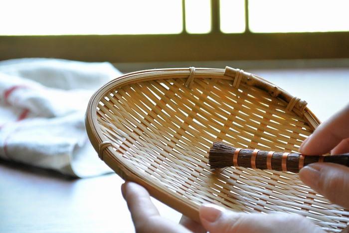 同じく、ザルの目洗いにも、小、中サイズの棒たわしが最適。他にも小さめのサイズの棒たわしは、すり鉢を洗ったり、茶こしの目詰まりにも使える他、衣類の汚れ落としや、細かい箇所のお掃除にも使えて重宝します。