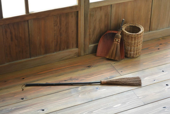 高い場所だけでなく、掃除機や箒が届きにくい家具の下の隙間にも◎。柄は深みのある黒竹が使用されており、アクセントとしても美しい銅線は、ひとつひとつ丁寧に和歌山県の職人さんが手巻きで作っています。高級感の中にやさしいぬくもりも感じる見た目も◎。