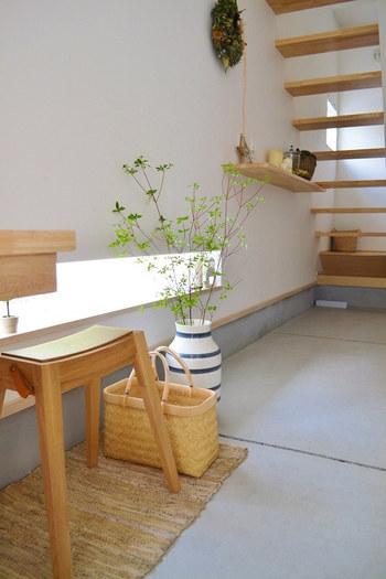 家を出る時、帰ってくる時、住む人にとっても玄関が気持ちの良い空間になっていると心が軽くなりますね。  気持ちよく1日を過ごすために、玄関を整えることは大切なポイントです。