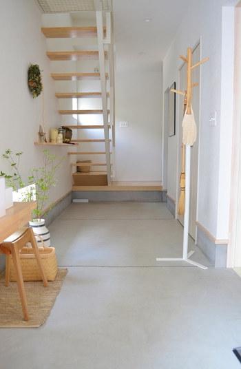 こちらのお宅は、広々とした玄関土間が印象的。生活感の出るものはなくして、木製家具やインテリアグリーンでシンプルにまとめています。  バッグやアウターを気軽に掛けられる、ハンガーラックも便利に使えそう。