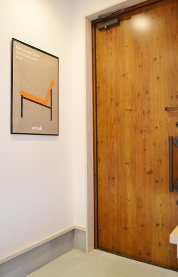 壁にアートを飾るのも素敵。フレームに入れれば、よりクラス感のある印象的なディスプレイになります。