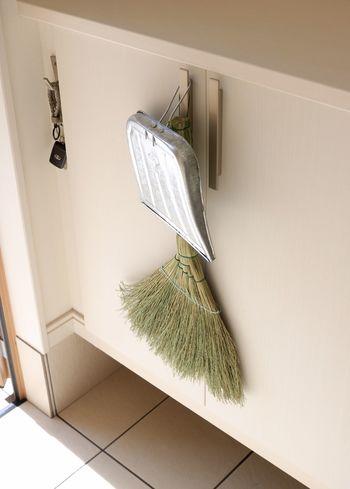掃除道具もハンギング収納に。デザインの良い掃除道具なら、出しっぱなしにしていても素敵なディスプレイのよう。