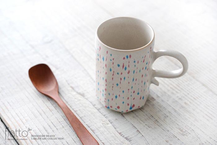オフホワイトのマットな釉薬に、カラフルな雫のような柄が特徴的なカップです。猫脚のアンティークのような取っ手とカラフルな柄がマッチして、愛らしいデザインですね。少し小ぶりなサイズなので、ティーブレイクにぴったりです。