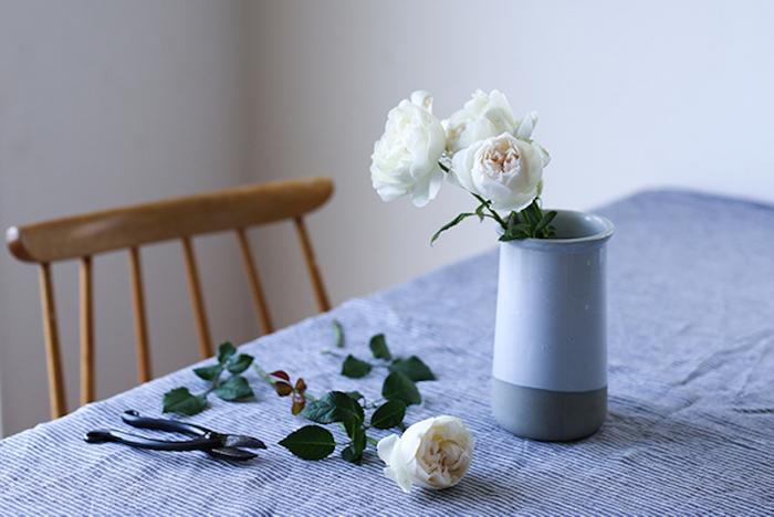 お花を手に入れた後の基本作業は以下の三つです。この三つの作業が、切り花を長く楽しむためのコツになりますので忘れずに行ってくださいね。  ①「水あげ」 花が水をスムーズに吸収できるように、茎の根元を切ります。水を貼った洗面器やボールの中で、茎を斜めにカットし、2〜3秒水を吸わせます。水あげの前に、余分な葉や咲かなそうな蕾は取り除いておくと、吸水率がさらに良くなりますよ。  ②「水替え」 生けた花の水は「毎日交換」が鉄則です。特に夏場は水中のバクテリアが増加しやすいので、忘れずに水を入れ替えましょう。茎や花器のぬめりもしっかり洗い流しておくと、水をきれいに保つことができます。  ③「切り戻し」 生けた後も、茎をカットする「切り戻し」は水替えのタイミングで行うと良いでしょう。変色したり傷んでいる部分は切り落として、新鮮な切り口を保ちます。また、状態を良く観察し、咲き終わった花や枯れた葉も取り除いてしまいましょう。