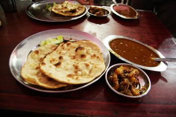 スパイスカレーの主食のお供と言えば「ナン」というイメージですが、本場インドの家庭では「チャパティ」や「パラタ」の方が一般的なんだとか。カレーにディップしても、全部混ぜて一緒に食べてもOK。本場の味が自宅でも簡単に再現できます♪