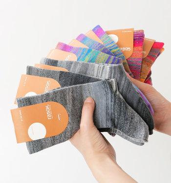 カラフルな色合いからベーシックな色合いのものまで、持っているサンダルの色に合わせてお気に入りを選べます。