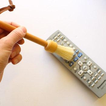 細身なので、パソコンのキーボードやテレビのリモコンなど、隙間にたまりがちなほこりを取るのにも便利。持ち手はブナが使用されていて見た目もナチュラルなので、リビングの手の届く場所に下げておくのも良さそう。