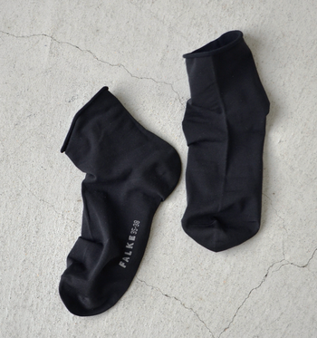 履き口はリブなしで締めつけがないので、履いた時のストレスはゼロ。ハイゲージでなめらかな履き心地は、暑い夏にピッタリです。