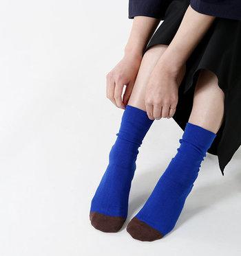 靴下の生産が盛んな奈良で、ベーシックで履き心地のいいソックスを提供している「Homie(ホミー)」。コットンバイカラーソックスは、つま先の色を変えてバイカラーにした遊び心のあるデザインです。