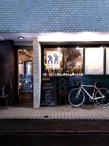 代々木八幡駅すぐの路地裏にある「バルネ」は、フランスの家庭料理と自家製デザートが楽しめるカフェ&バー。店内にはオーナーがセレクトした年代物のレコードがBGMとしてかけられており、夜のひと時を過ごすのにピッタリの心安らぐ空間となっています。