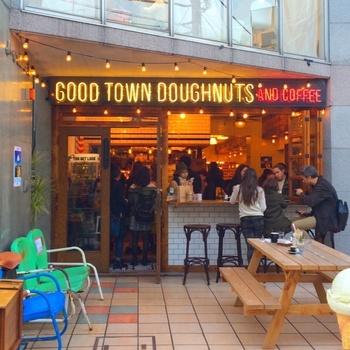 ニューヨークのブルックリンをイメージしたという「グッド タウン ドーナツ」は、一歩入るとまるでアメリカにいるような気分になるオシャレなドーナッツ屋さん。カラフルで存在感のあるドーナッツが目を引きます。