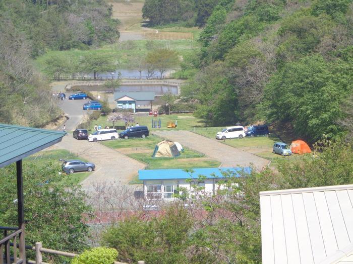 キャンプをしてみたいけれど、道具を揃えるのが大変そう・・・という方もご安心を。 キャンプ用品のレンタルや、グループでのキャンプにぴったりのバンガロー、ウッドデッキがついたキャビンなどもあるので、キャンプ初心者の人にもおすすめです。