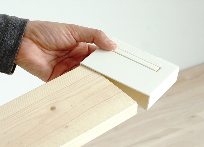 よりスリムでコンパクトな収納が欲しい人には、1×4のアジャスターもあります。木材の端にキャップのように被せるだけで、簡単に設置が可能です。