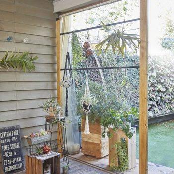 二重塗装したアイアン素材なら、屋外での使用も可能です。ガレージやベランダ、玄関などに設置できます。