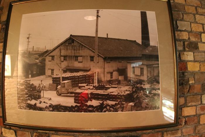 内部には、共栄窯が窯元として活躍していた頃の写真が飾られています。この写真を見た後に、共栄窯の外観を改めてじっくりと見比べてみてはいかがでしょうか。