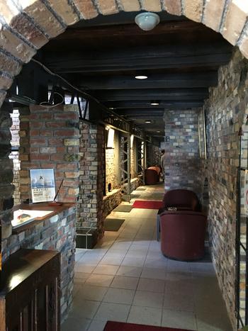 共栄窯の扉を開けると窯内部へと続くレンガ造りのエントランスがあります。凹凸のあるレンガ造りの壁は、窯元ならではの独特の風情を漂わせながらも、とってもお洒落で洗練された不思議な魅力があります。