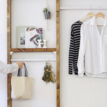羽織りものや、毎日つかうバッグなど・・・定位置を決めて置きたいアイテムってありますよね。ラブリコを使えば、クローゼットのない場所でも気軽にハンガーラックを作ることができます。