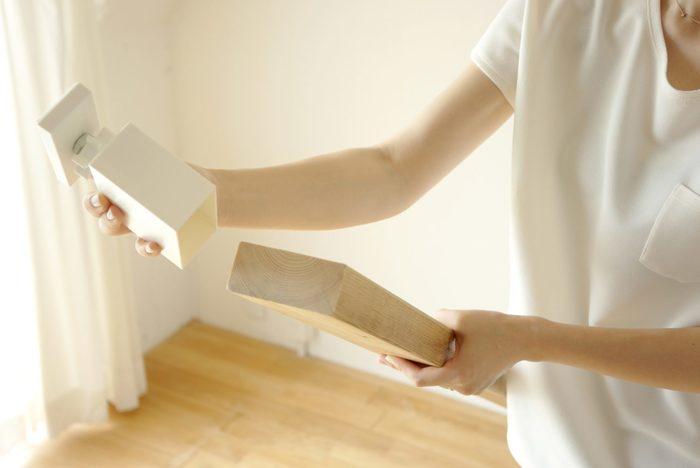 木材の上下に、キャップのようにはめ込みます。2×4の木材ぴったりに作られているから、簡単にはめることが可能です。