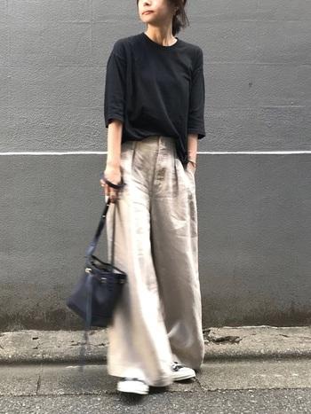 柔らかめの素材感のTシャツはボトムスアウトするとルーズな印象になってしまうことも。部分的にフロントインすることで、程よいこなれ感のある着こなしに。