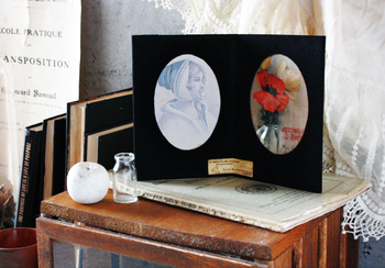 家族の思い出を飾る写真立ても、簡単に手作りできます。100均のクリアーフォトフレームに、楕円に切った布を貼るだけでアンティーク風の素敵な写真立てに!