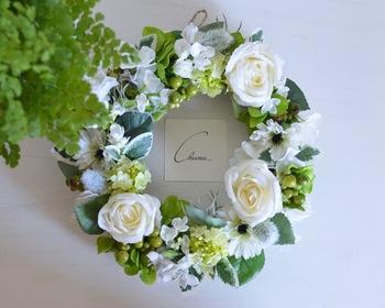 その形から「永遠」を意味し幸せの象徴ともされているリースも、結婚式の贈り物にぴったり。両親をイメージしてお花の種類やカラーを選んでみてください。