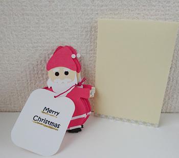 一見普通のサンタさんに見えますが、実は広げると6人のサンタさんが繋がっているというユニークなクリスマスカード。きっとかわいいお子さんの笑顔が見られるはずです。