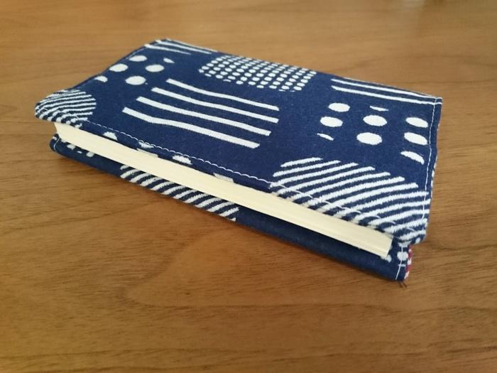 読書が趣味のおじいちゃん、おばあちゃんには、おしゃれな布でブックカバーをハンドメイド。2種類の布を使って作る、リバーシブルタイプのブックカバーでサプライズ!