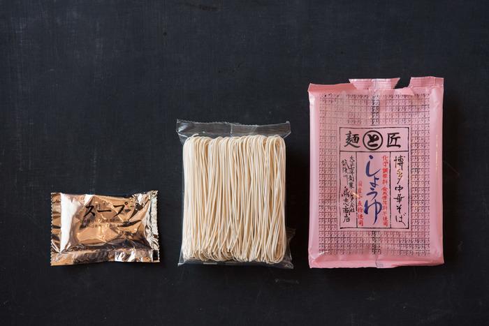 麺づくりが盛んな福岡県うきは市にて、創業の大正7年から、そうめんを作り続けてきた「鳥志商店」。生めんを切って干す、昔ながらの製法で麺を作っており、干す時の形状は鳥志商店独自の「鳥志掛け」として意匠登録されているほど、麺に対してこだわりがあります。