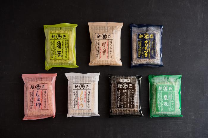 「鶏味」「味噌」「久留米が一番」「しょうゆ」「とんこつ」「博多中華そば」「塩味」と、味も多彩。どのパッケージも素朴でカラフルで、いくつかセットにすれば、ちょっとしたプレゼントに喜ばれそう。