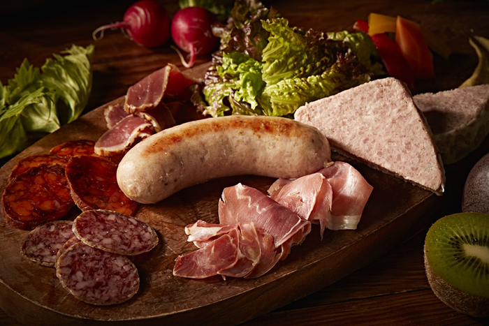 「シャルキュトリー盛り合わせ」は、愛知県産豚のソーセージ、生ハム、鴨の生ハム、サラミといったお肉類と新鮮なレタスなどの野菜の盛り合わせです。こんがりと焼き色がついたソーセージは、共栄窯オリジナルカクテルとの相性抜群です。