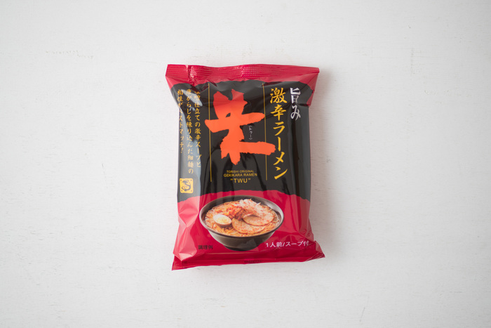 鳥志商店の「激辛ラーメン 朱(トゥー)」。同じく化学調味料や合成着色料、合成保存料を一切使わず作られていますが、こちらは、ツルツルの麺に唐辛子がしっかり練り込まれており、ほんのり赤い麺に仕上がっています。
