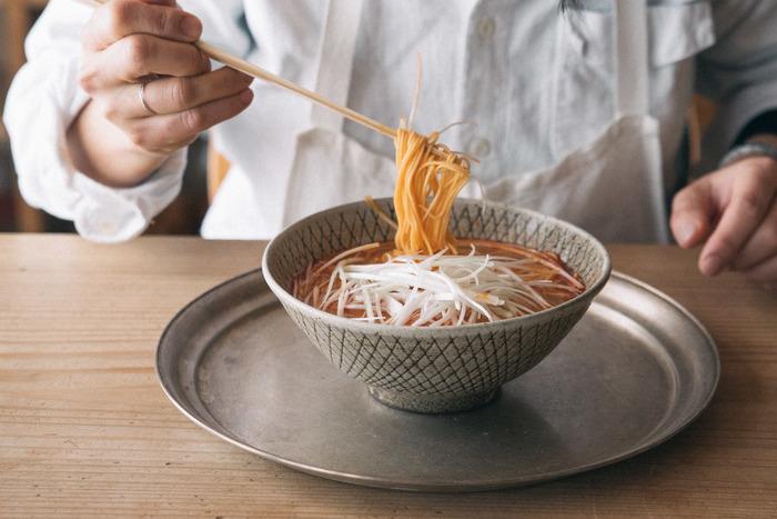 コチュジャン、ハバネロ、ラー醤で仕上げた、味噌ベースのスープは、旨みとコクもしっかりありながら、刺激的な激辛に仕上がっており、辛いもの好きの方へのプレゼントにオススメです。