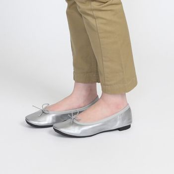 きらりと輝くシルバーが雨の日の足元を明るくしてくれる。女性らしいバレエシューズのデザインだから、軽やかなスカートにも合わせやすい。