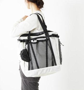 同ブランドは防水性のトートバッグも手掛けています。たっぷり荷物が入る25ℓで、ポケットも多いから何かと役に立ってくれる。
