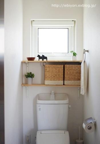"""おしゃれなデザインのバスケットは、こんな風に""""見せる収納""""として棚に飾るのも素敵です。ナチュラルなかごはトイレの空間に温かさをプラスして、明るくおしゃれな雰囲気にしてくれます。"""