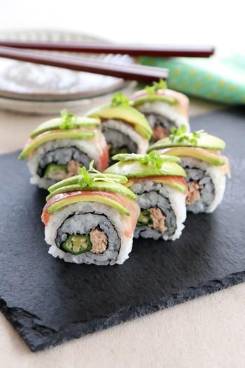 人気の具材でロール寿司♪こちらのレシピでは生ハム、アボカド、オクラ、ツナマヨを使っています。生ハムのしょっぱさが味のアクセントになっています。見た目も華やかなので、おもてなし料理としても覚えておきたい一品です。