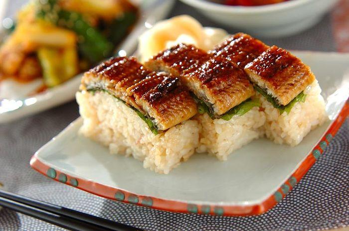 暑い季節に食べたいウナギ。こちらは押し型を使わないで作れる簡単な棒寿司です。ご飯にはミョウガと甘酢を混ぜています。間には大葉と山椒も入っていて、薬味が効いていてさっぱりと食べられます。