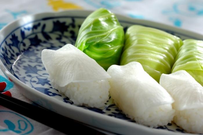 酢飯を野菜で巻いた野菜寿司。こちらのレシピでは、ゆでたキャベツ、塩をふってしんなりさせた大根を使っています。栄養が偏りがちの夏に、野菜が摂れる嬉しい一品です。