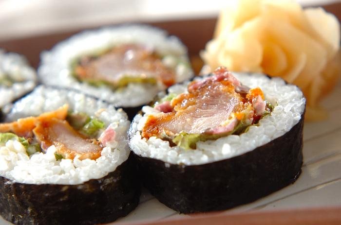こちらは鶏の唐揚げをメインの具材にした巻き寿司。しば漬けとマヨネーズを合わせたソースを一緒に巻いて作るのですが、これがクセになる美味しさ♪唐揚げが余ってしまった時などにも使えるレシピです。
