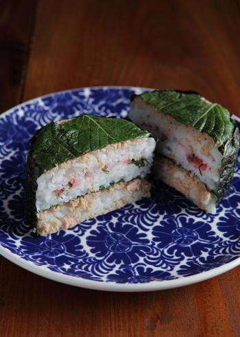 こちらは大葉の押し寿司。中身はツナと、千切りにした大葉と紅生姜を混ぜたものです。殺菌作用が期待できる食材なので、夏のお弁当にも良いですね♪